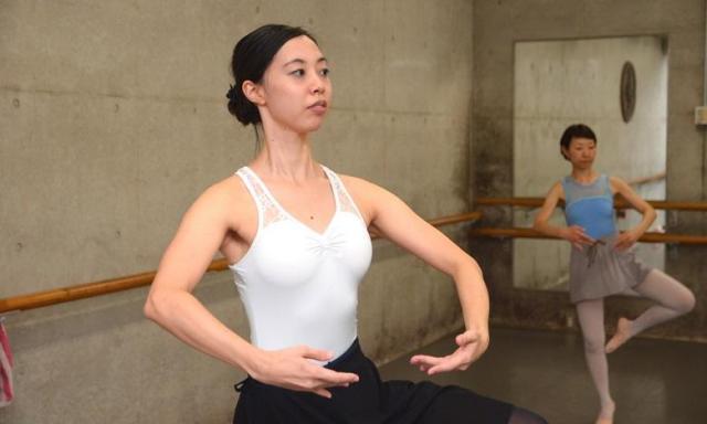 Rie先生による 大人のためのクラス バレエの基礎や体のしくみが理解できるクラスです。 明るい先生の熱い指導で趣味を超える目標をシェアしませんか? 今なら入会金が1,000円(4月末日まで)!